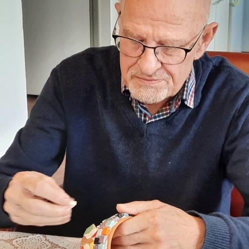 Bezoeker dagbesteding de buitenhof maakt mok met keramiek