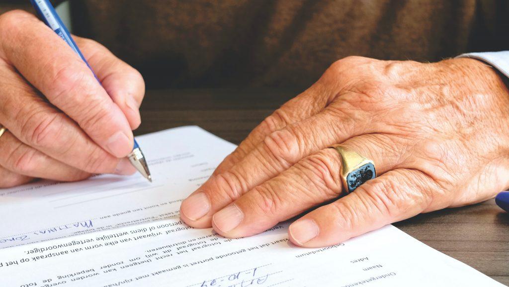 Dementerende man schrijft brief