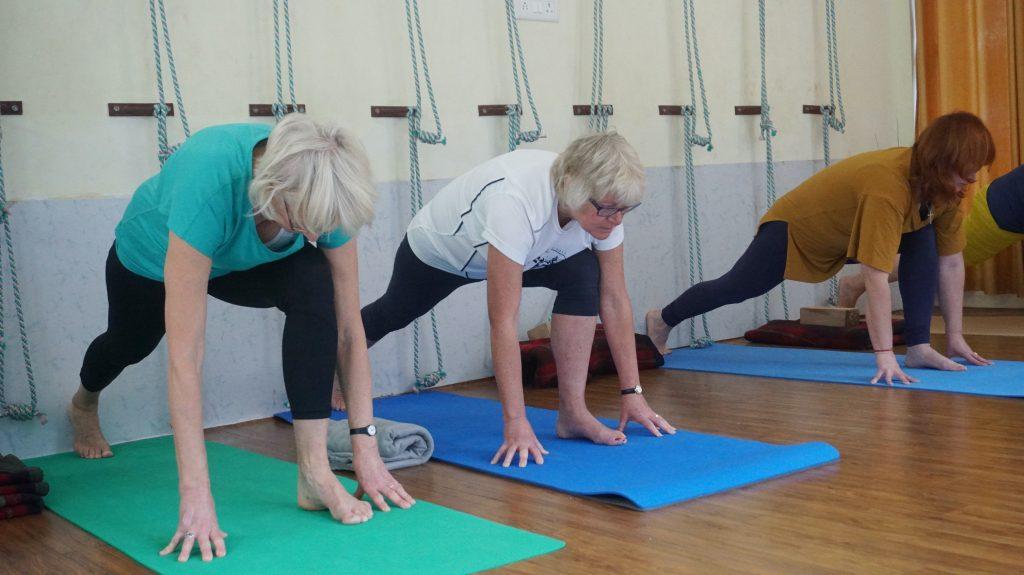 Senioren doen aan yoga voor herstel NAH
