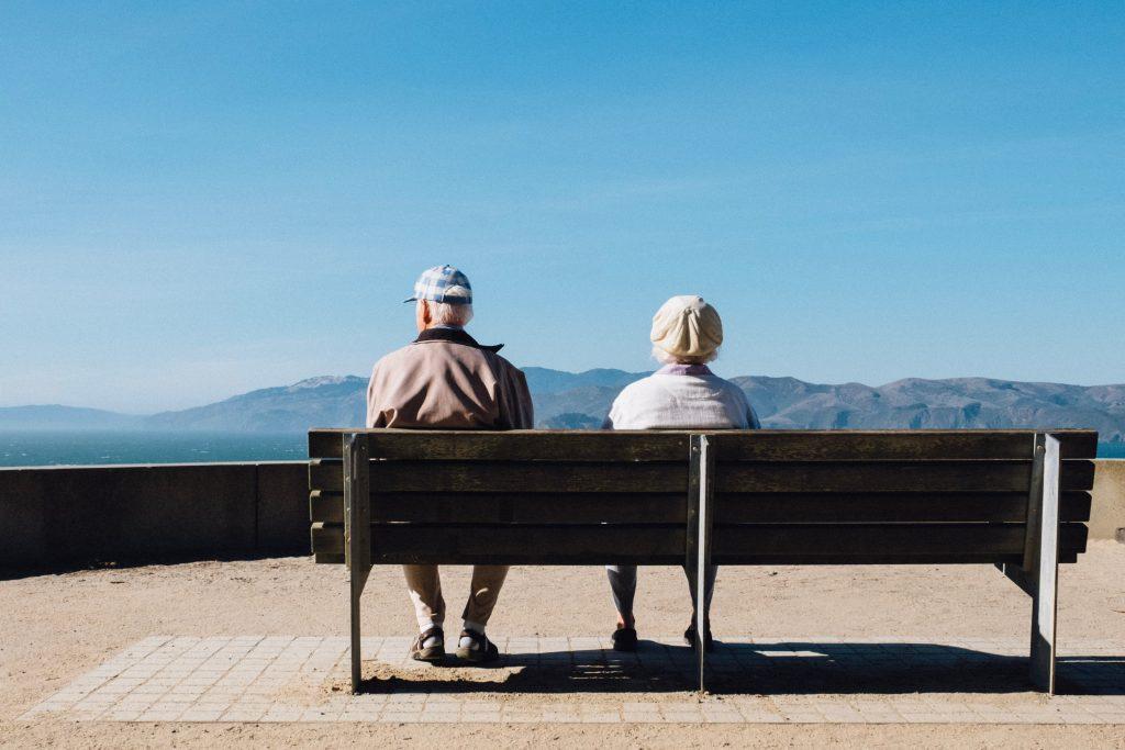 bejaard koppel met dementie op bankje