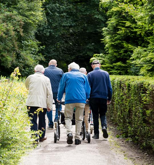 Bezoekers de buitenhof tilburg gaan wandelen in de natuur
