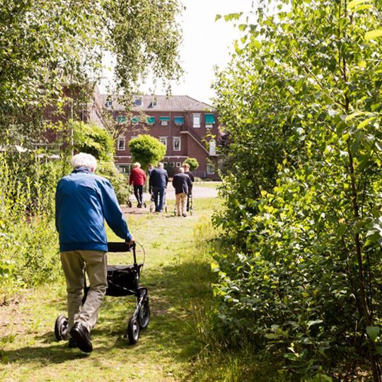 bezoekers lopen buiten bij dagbesteding de buitenhof